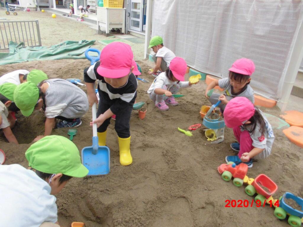 砂場で遊んでいる