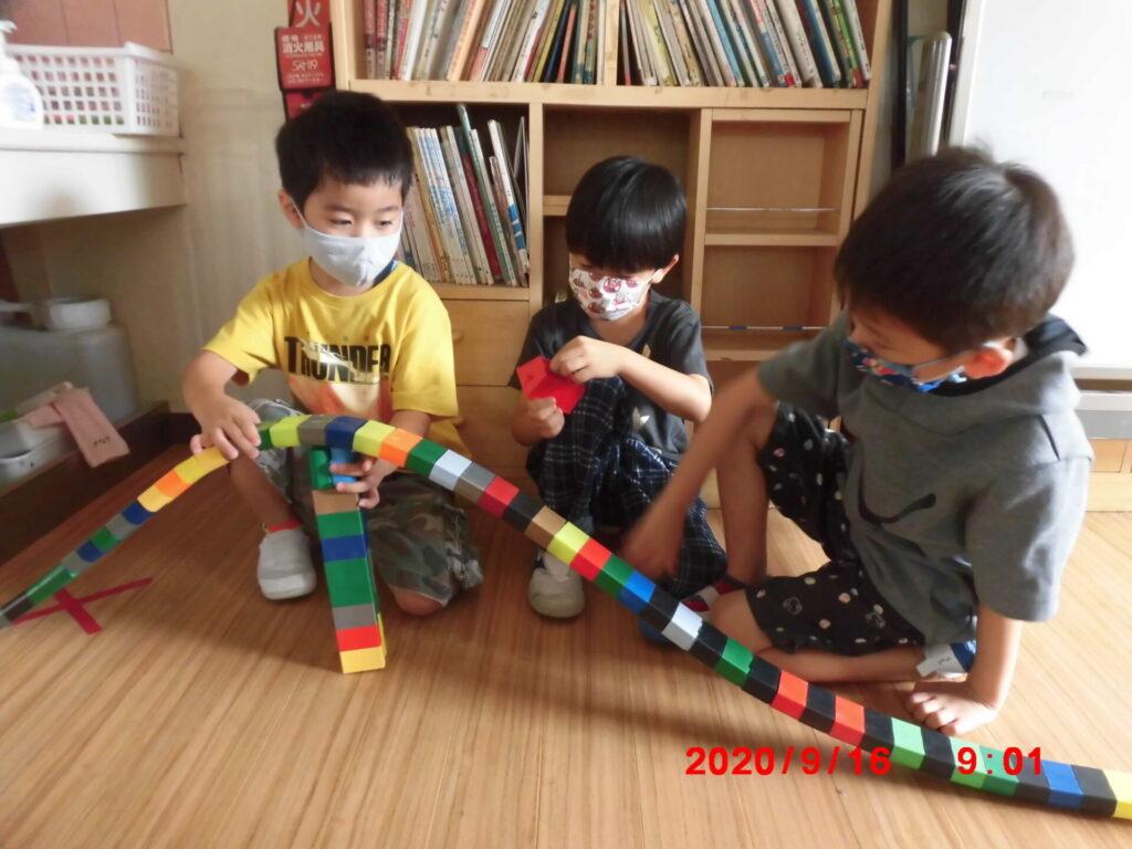 保育室で遊んでいる(5歳児)